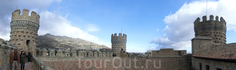 Интересно, что галерея, идущая по стене от башни к башне, не сплошная, круговая. У четвертой башни свой отдельный выход. Поскольку La Torre del Homenaje ...