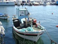 Одна из многих рыболовецких лодок в заливе Умага на стоянке.