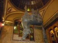 Памятник Вацлаву на перевернутой лошади