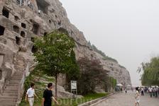 Среди 100 тысяч изваяний Будды, самая крупная скульптура имеет высоту 17,4 м, самая маленькая не превышает 2 сантиметров.