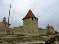 Крепость была построена на высоком правом берегу над Днестром и состояла из нескольких ярусов