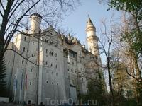 А это величественный замок Нойшванштайн, построенный королем Людвигом II Безумным, прозванным так за свою любовь к немецким легендам и разбазарившим казну из-за постройки шикарнейших замков Нойшвайншт