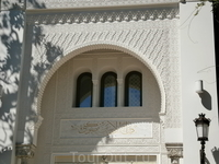 портал украшен очень тонкой  каменной резьбой