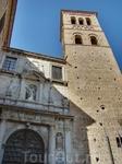 Великолепная башня колокольни, один из лучших образцов в Толедо в стиле мудехар - выложена из камня и кирпича, имеет квадратное основание. Две верхние секции колокольни кирпичные. В верхней секции рас