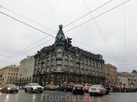 Шестиэтажное с мансардой здание в стиле модерн, площадью около 7000 м² было построено в 1902—1904 по проекту архитектора Павла Сюзора для «Акционерной компании Зингер в России». На фасаде установлены