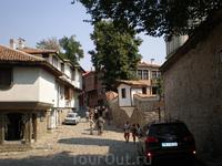 Самая интересная часть города — Старый Пловдив. Узкие средневековые улочки, величественные здания XIX в., изысканная резьба по дереву, расписные фасады ...