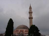 Одна из мечетей в Старом городе. От турецкого влияния осталось немало построек. Рядом с символами города можно увидеть ещё несколько мечетей, турецкий ...