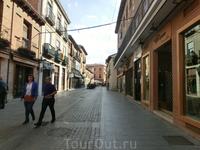 Боковые улочки, отходящие от главной - это в основном кафе и магазины.