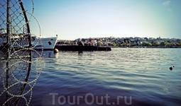 А еще тут была подводная лодка, черная и страшная)