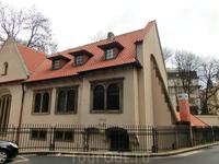Пинкасова синагога.  Об основании этой синагоги рассказывает красивая легенда о бедняке и обезьяне. А на самом деле было так.  В 1535 году, один из самых ...