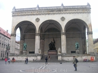 На площади рядом с Резиденцией