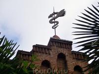 Забавный флюгер в виде дракона - один из декоративных элементов дворца Ларедо.