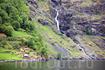 на склонах гор расположены деревушки и фермы, а с вершин обрываются потоки водопадов...