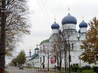 По улице Ростовской мы дошли до Богоявленского женского монастыря.