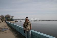 Я, набережная реки Волга и мост через неё, соединяющий Саратов и Энгельс