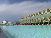 El Museo de las Ciencias Príncipe Felipe (справа) был открыт для посещения публики 13 ноября 2000 года. Его пространство 26 000 кв.м. и здесь чего только ...