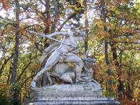 Парк - иллюстрация к мифологическим и героическим сказаниям. Статуи и фигуры фонтанов изображают каких-то героев. К сожалению, подписей к ним нет.