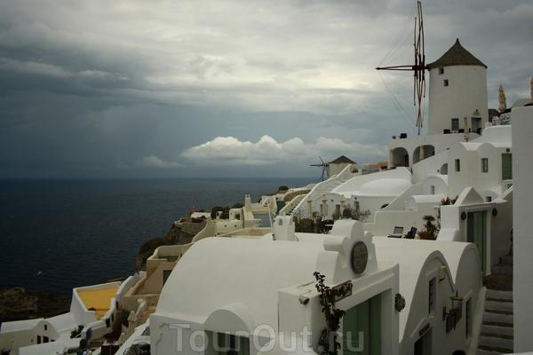 """в поселке Ойя. Тк я человек очень """"счастливый"""", в день приезда на Санторини был дождь. Как сказал гид это бывает очень редко - дай бог 3 раза за сезон :)"""