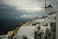"""в поселке Ойя. Тк я человек очень """"счастливый"""", в день приезда на Санторини был дождь. Как сказал гид это бывает очень редко - дай бог 3 раза за сезон ..."""