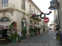 За месяц до Рождества улочки Лимасола уже наряжены к празднику, а в магазинах полно рождественской сувенирки