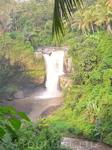 Красивый водопад по дороге