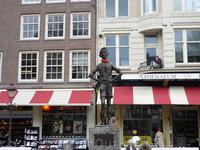 """Скульптура"""" Мальчик с красной бабочкой"""" на улице города."""