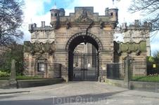 Одна из старейших частных школ Эдинбурга - Хериот Скул. Основана в 16 веке. Сейчас здесь учатся дети состоятельных родителей, в том числе Джоаны Роулинг ...