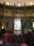 Мягкие кресла и диванчики, на которых можно сидеть и любоваться звездным небом, запечатленным в XVI веке.
