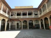 Во дворце совершенно потрясающий патио - внутренний дворик от все того же Alonso de Covarrubias. Ионические колонны, резные парапеты - все создает какое-то ...