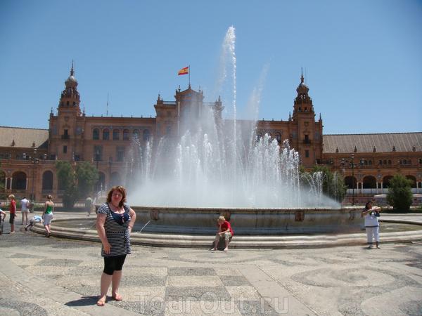 Здесь в 1929 году, состоялась Иберо-Американская выставка. Широкая аллея ведет к внушительной площади Испании, на которой и сейчас стоит испанский павильон. Его полукруглый цоколь украшен изразцовыми картинами, отражающими историю отдельных провинций ...