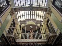 Галерея была построена по заказу Eusebio Gutiérrez, который в 1886 нанял архитектора  Jerónimo Ortiz de Urbina для проекта галереи, соединяющей зоны Собора ...