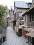 Сейчас в Мон-Сен-Мишель постоянно проживают около 80 человек, все остальные - туристы. После 6 вечера основная часть туристов разъезжается, улочки пустеют ...