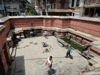 Во многих домах нет воды.Люди набирают воду  вот в таких местах Водоснабжение в неварском городе так и осталось на уровне 17 века. Нередко можно встретить ...
