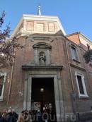 В Мадриде мне нравится смотреть на здания совсем другого толка. Поэтому после покупки билетов мы поехали смотреть церковь San Antonio de Los Alemanes, которую называют мадридской сикстнской капеллой. Она мало кому известна, а внешне - это совсем не выдающееся здание.  Строительство шло в1624–1633 годах и первоначально это была приходская церковь при Госпитале Португальцев. Его в 1606 году построили по приказу короля Филиппа III, когда Португалия еще считалась частью испанских земель. А в 1668 году церковь уступили немецкой общине, сохранив при этом культ Святого Антония.