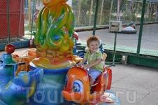 Прогулки по городу. Парк Комсомольцев - добровольцев. Детские аттракционы .