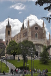 Слева от Центрального входа в Эль Прадо, на возвышенности, Собор Св. Иеронима.