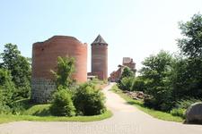 Турайдский замок. Вход.  В 1214 году по указанию Рижского архиепископа Алберта, за 13 лет до этого основавшего в устье Даугавы будущую столицу Латвии ...