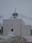 Если архитектурным центром Софийской стороны Новгорода всегда был и остается поныне детинец, то на Торговой стороне эта рода роль в известной мере принадлежала ...