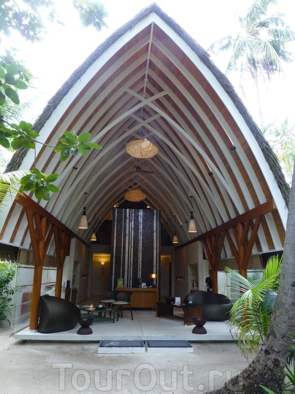 Весь отель сделан в деревенском стиле мальдивского дизайнера. Вот такие домики с саломенной крышей. На фото - спа центр. На атолле-то с 30 всего номерами )