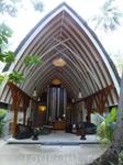 Весь отель сделан в деревенском стиле мальдивского дизайнера. Вот такие домики с саломенной крышей. На фото - спа центр. На атолле-то с 30 всего номерами ...