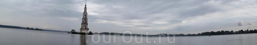 Панорама Калязина. В районе центра затопленная колокольня, за ней, правее кусочек района Свистуха
