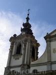 Фасад церкви построен в стиле барокко. Но мое внимание больше привлекла капитель колокольни, она какая-то многослойная, как тортик, с шаром мира и крестом наверху.