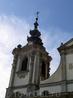 Фасад церкви построен в стиле барокко. Но мое внимание больше привлекла капитель колокольни, она какая-то многослойная, как тортик, с шаром мира и крестом ...