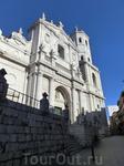 Кафедральный Собор Вальядолида находится через площадь от церкви Санта Марии. Со стороны у Собора довольно странный вид, на фоне его современных стен видны ...