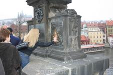 По преданию с Карлова моста была сброшен почитаемый в Чехии святой Ян Непомуцкий. В том самом месте где тело святого погрузилось во Влтаву, над водой возникло свечение в виде 5 звезд, с тех пор Непому