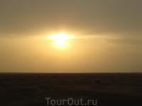 Солнце еще не село окончательно, но так и не выбралось полностью из-за облаков