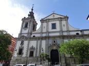Мы пошли немного прогуляться по городу, а заодно заехать на Аточу, купить билеты в Куэнку. На улице Сан Бернардо находится вот эта красивая церковь, неожиданно ...