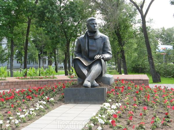 Мой любимый памятник в Оренбурге - поэту Мусе Джалилю. Сейчас вокруг него цветник разбили, а раньше он просто на травянистом пригорке сидел. Так просто и доступно. Мне тогда лет поменьше было и я у него на коленях фотографировалась