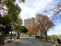 Еще одной мечтательной целью пребывания в Сеговии был подъем на башню Хуана II - главную башню Алькасара, так называемый донжон. Сеговийский донжон своей ...