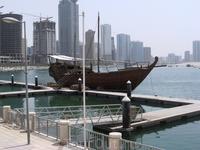 Старинный кораблик, или скорее лодка возле морского музея и аквариума.